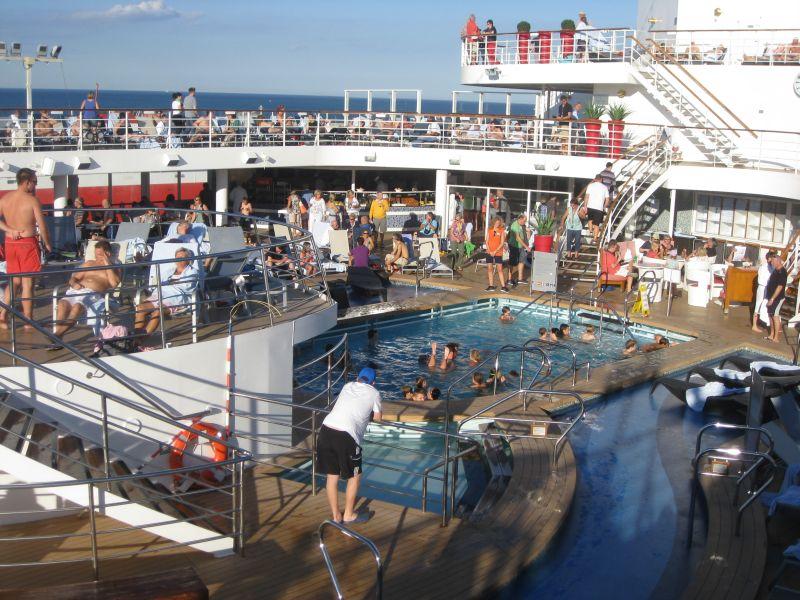 Pool der Mein Schiff 2 in Bari